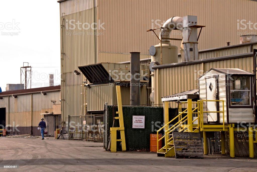Auto casting industrial fundición con un hombre caminando irreconocible foto de stock libre de derechos