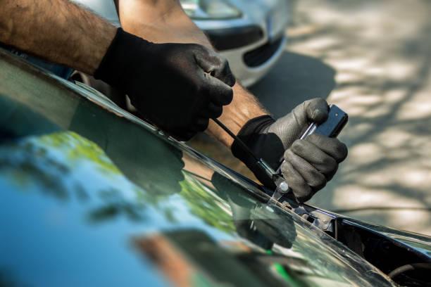 auto glas reparatie en de voorruit vervanging - voorruit stockfoto's en -beelden