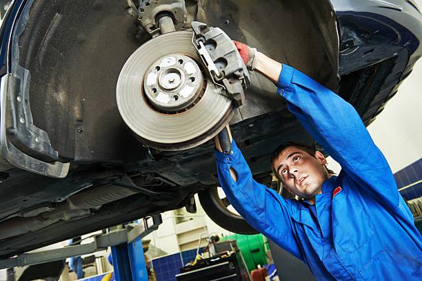 auto mechanic at car brake shoes examining - 剎車制 個照片及圖片檔
