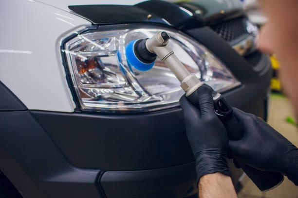 Kfz-Mechaniker puffern und polieren Auto Scheinwerfer – Foto