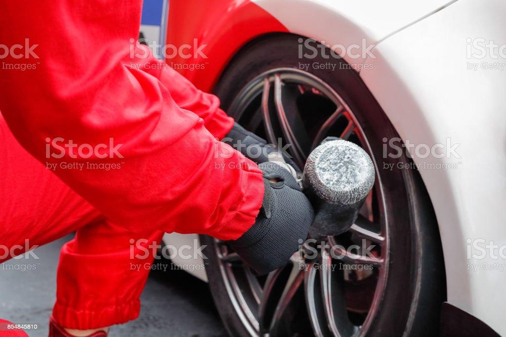 Automechaniker wechselnde Auto-Rad – Foto