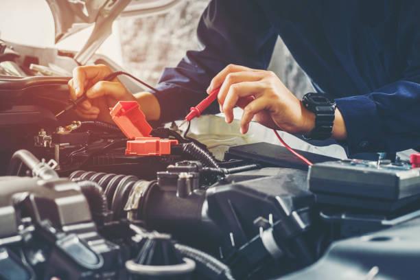 Auto-Mechaniker, die Autobatterie Spannung – Foto