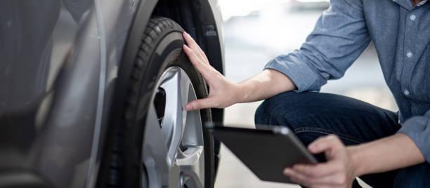 Automechaniker überprüft das Auto mit Tablet – Foto