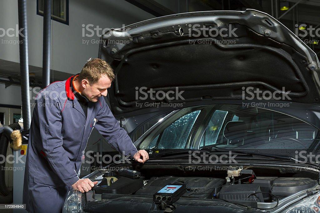 Mecánico de coches medición de motor de coche foto de stock libre de derechos