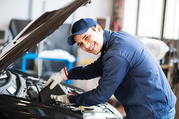 Automechaniker putting-Öl in einer Auto-Motor – Foto
