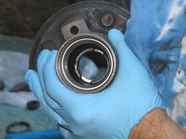 auto mechanic reparatur der bearing hub - kugellager stock-fotos und bilder