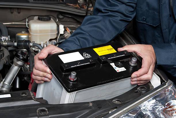 Automechaniker ersetzt Autobatterie – Foto