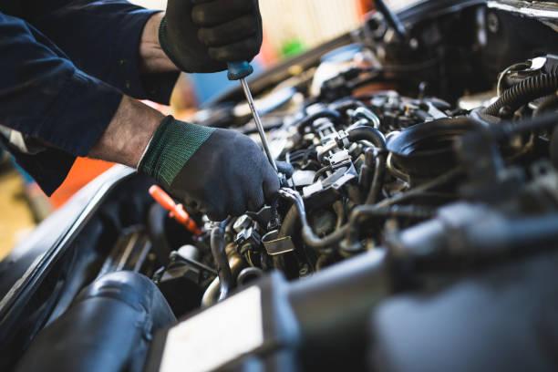 auto-mechaniker-service und reparatur - autowerkstatt stock-fotos und bilder
