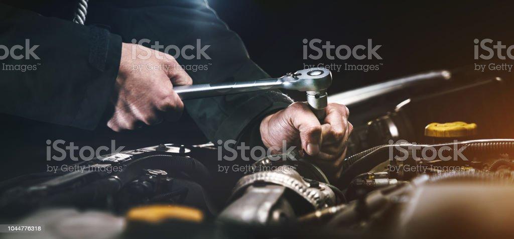Mecánico de coches trabajo en el estacionamiento. Reparación servicio. foto de stock libre de derechos