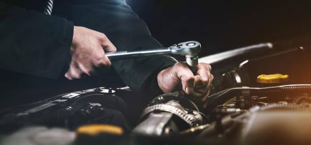 auto-mechaniker arbeiten in der garage. reparatur dienst. - autowerkstatt stock-fotos und bilder
