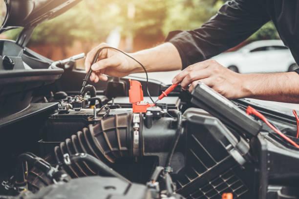 auto mechaniker arbeiten garage techniker hände in auto reparatur service und wartung-auto-batterie-check auto mechaniker zu arbeiten. - autowerkstatt stock-fotos und bilder