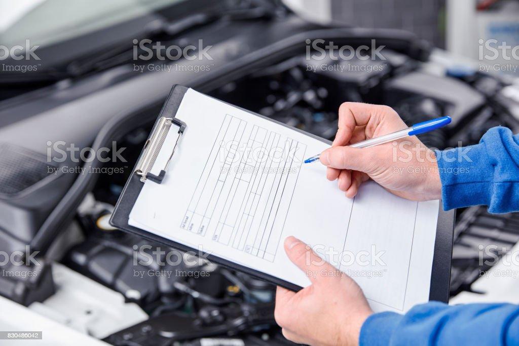 Auto-Mechaniker arbeiten mit einem Auto Maschine in der Werkstatt. – Foto