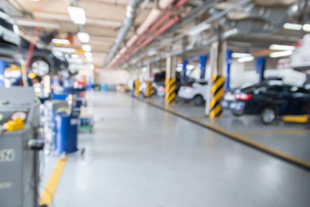auto-reparatur-service-center verschwommen - autowerkstatt stock-fotos und bilder