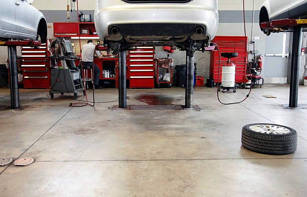 Auto Repair Shop Interior with Mechanic in Background foto