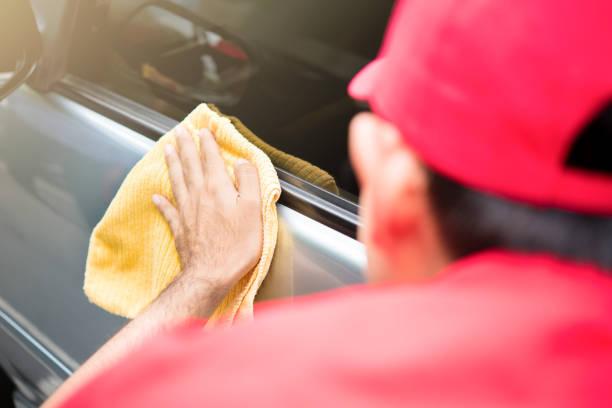 auto-service-personal reinigung autotür - detailliert stock-fotos und bilder