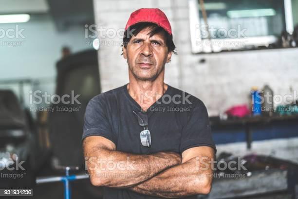 Auto service workerowner picture id931934236?b=1&k=6&m=931934236&s=612x612&h=zqpkonkonyxxj1fvc giobiedfyxhofjyfovfvzaha8=