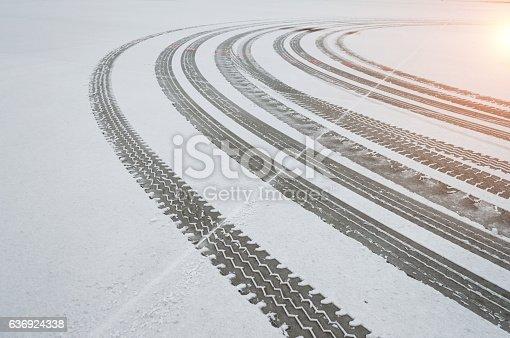 istock Auto tyre tracks in the snow 636924338