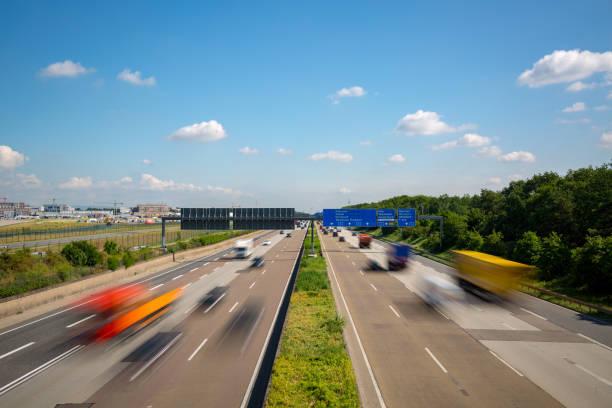 autosnelweg snelweg met wazig vrachtwagens frankfurt duitsland - airport pickup stockfoto's en -beelden