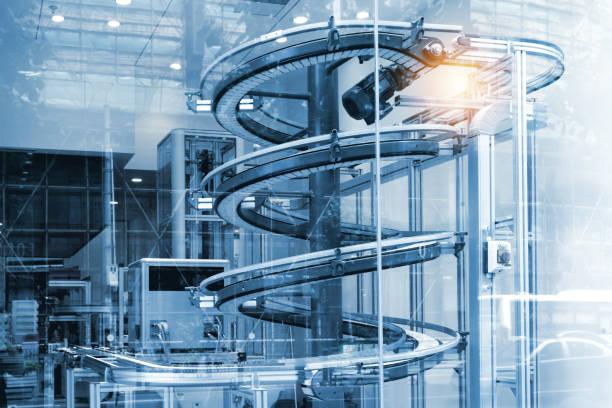 Systèmes de convoyeurs automatisés, convoyeurs modulaires et automatisation industrielle pour machine de transfert de paquet dans la construction de verre. Effet ton bleu et les reflets de lumière. - Photo