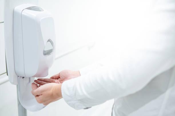 Automatischer Alkoholspender im Krankenhaus – Foto