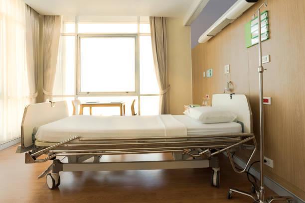 automatische elektrische betten für patienten im aufwachraum des krankenhauses. matratze mit weißem tuch - verstellbar stock-fotos und bilder