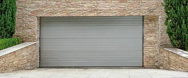 automatische electric roll-up-kommerzielle garage gate oder push-up-doo - garagentor mit tür stock-fotos und bilder