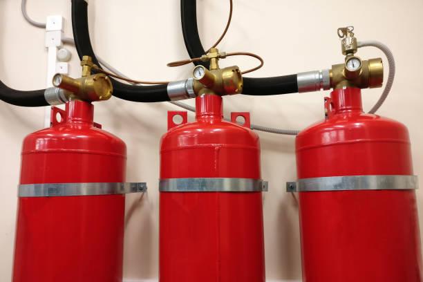 automatische gasbrandblus installatie. veiligheid van de lokalen van de conflagratie. rode samengeperste gascilinders om brand te voorkomen. - exploitatie stockfoto's en -beelden