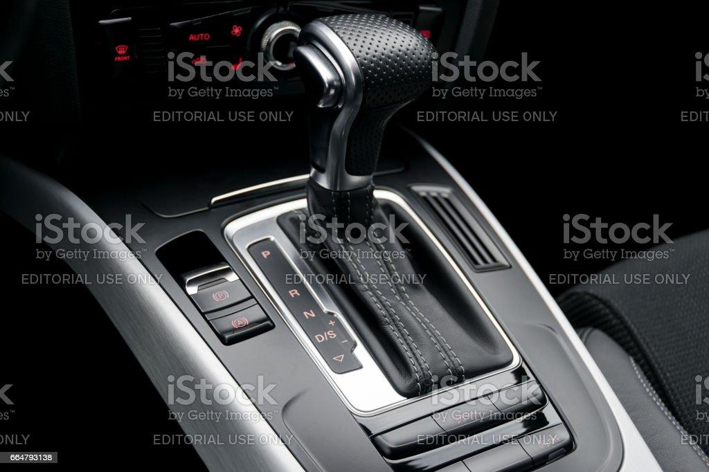 automatische Schalthebel eines modernen Autos, Auto Interieur-details – Foto