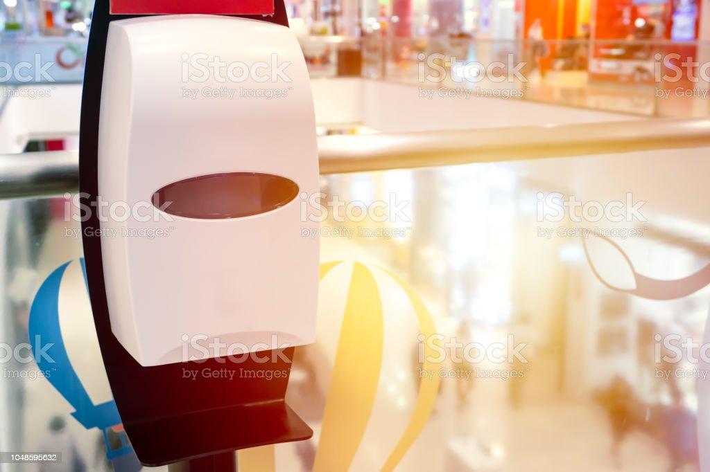 mão automático álcool gel dispensador limpador lugar gratuitamente serviço em lugar público - foto de acervo