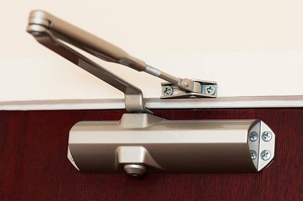 giovane idraulico automatico cerniera serratura porta - near foto e immagini stock
