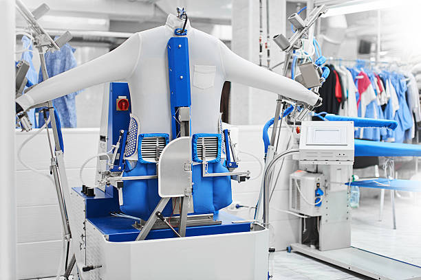 Automatic machine for steaming clothes