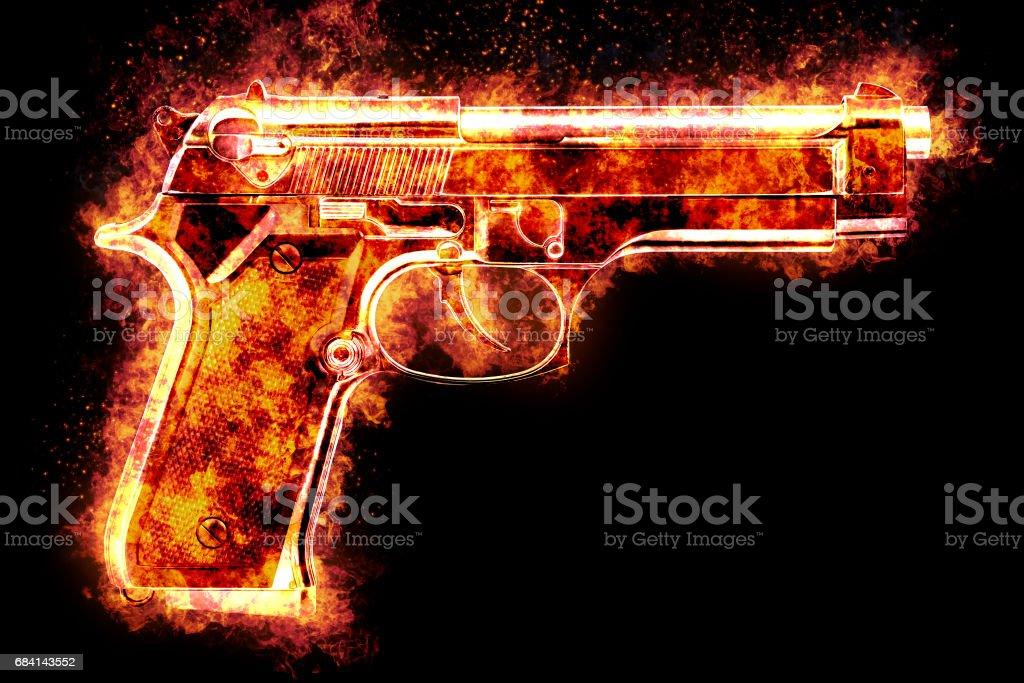 Automatisch pistool barsten in om te vlammen, voor zwarte achtergrond royalty free stockfoto