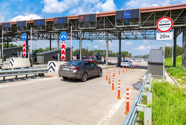 Automatischer Punkt der Zahlung auf einer mautpflichtigen Straße. Russische Straßennummer M11 – Foto