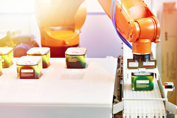 automatische roboter-manipulator in fabrik - nahrungsmittelfabrik stock-fotos und bilder