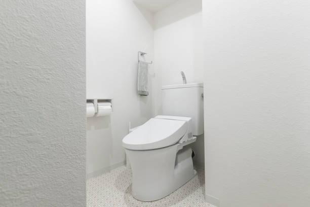 モダンなトイレで自動トイレ - お手洗い ストックフォトと画像