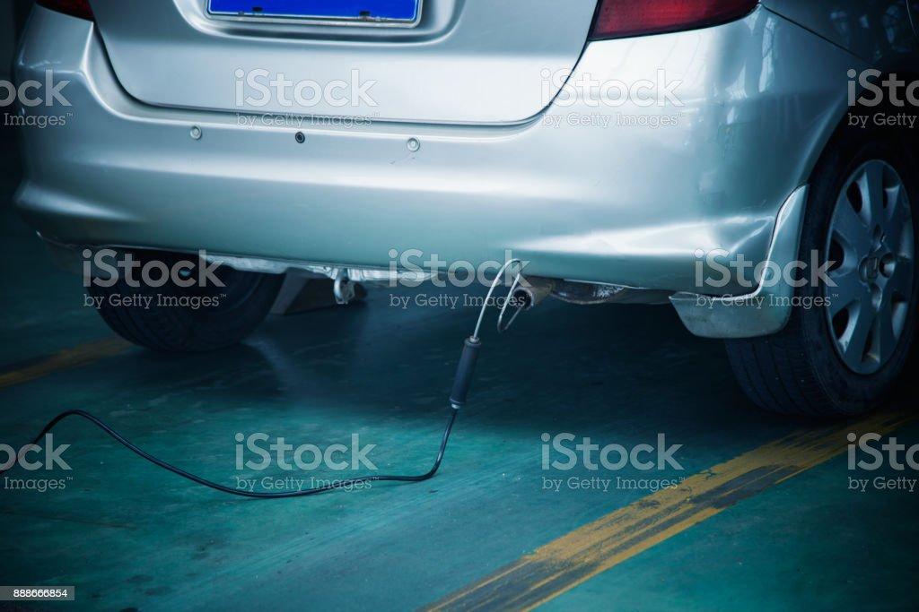 Prueba de emisiones de escape de automóvil - foto de stock