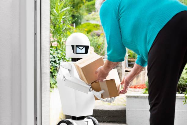 autonoma ai artificiell intelligens robot levererar paket eller lådor, senior kvinna får post från en futuristisk robotic leveranstjänst - delivery robot bildbanksfoton och bilder