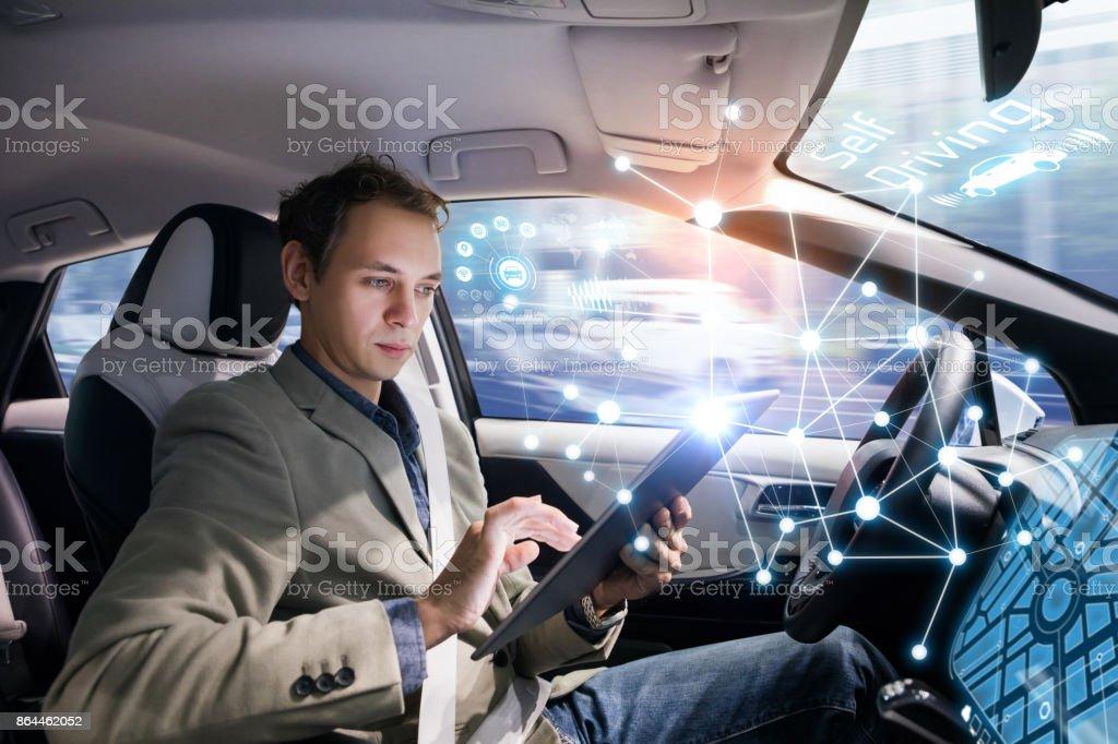 Autonoma bil och trådlös kommunikation nätverk koncept. Självkörande fordon. bildbanksfoto