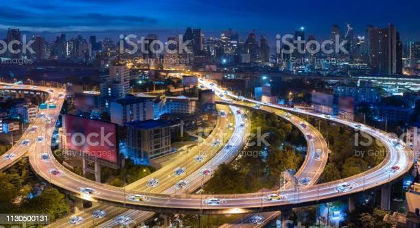 Coches autónomos con sensor automático de conducción en la ciudad con conexión inalámbrica - Foto de stock de 5G libre de derechos