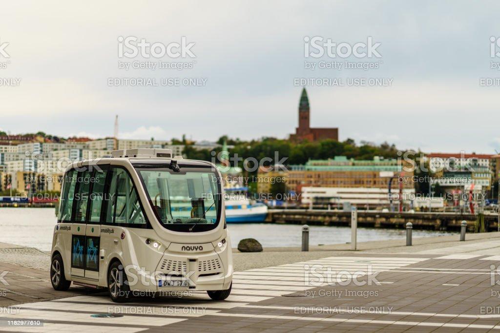 Vehículo autónomo estacionado en tila y vista de fondo de Gotemburgo - Foto de stock de Aire libre libre de derechos