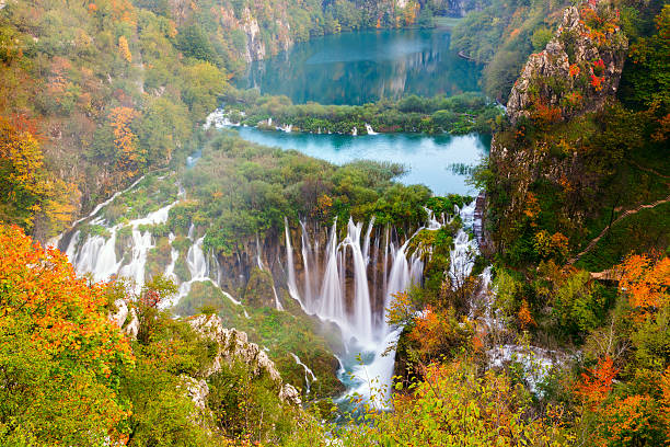herbst farben und wasserfälle der nationalpark plitvicer national park - nationalpark plitvicer seen stock-fotos und bilder