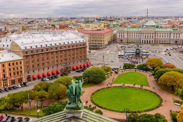 Herbst-Luftaufnahme des Isaak-Platzes. Blick von der Kolonnade der Isaakskathedrale. – Foto