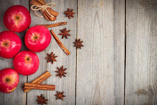 herbstlicher äpfel mit gewürzen, sterne-anis und zimt - apfelweinkuchen stock-fotos und bilder