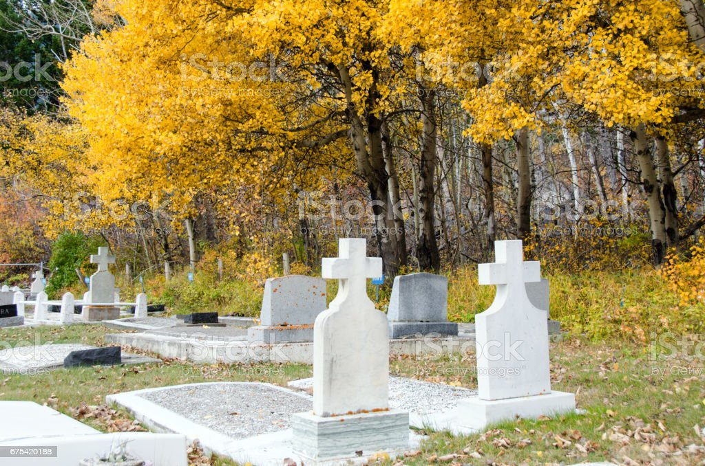 Automne au vieux cimetière de montagne avec pierre tombale traverse photo libre de droits