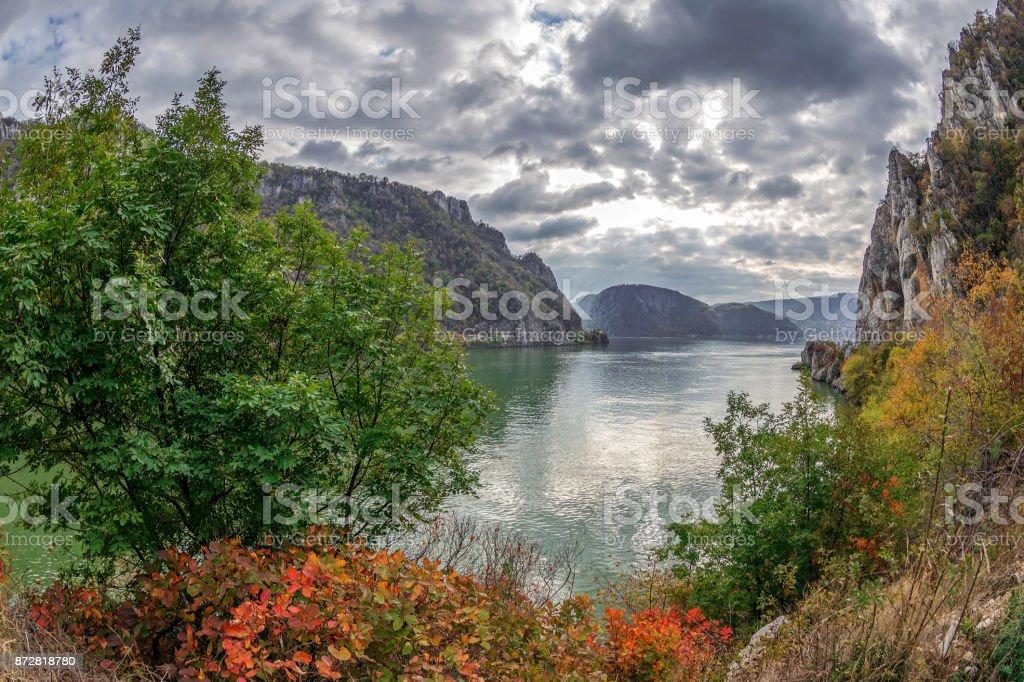 Otoño en las gargantas del Danubio, frontera entre Rumania y Serbia foto de stock libre de derechos