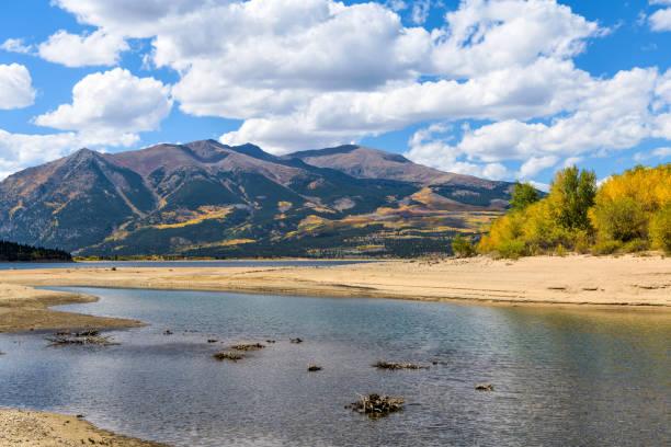 i̇ki yataklı göl - ikiz göl güneşli sonbahar günü görünümünü üssünde iki en yüksek tepeler, mount elbert ve mount massive, rocky dağları, kuzey amerika, sonbahar. çalışmışmıydın, colorado, abd. - independence day stok fotoğraflar ve resimler
