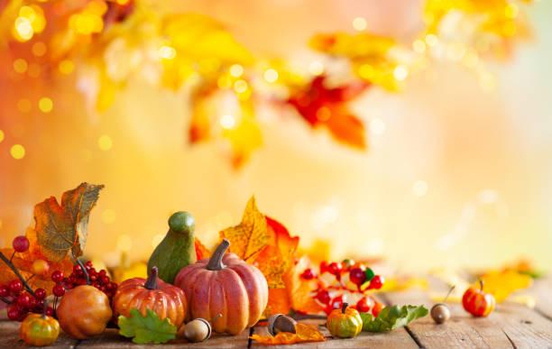 Herbst Hintergrund von gefallenen Blättern und Kürbissen auf hölzernen Vintage-Tisch. – Foto