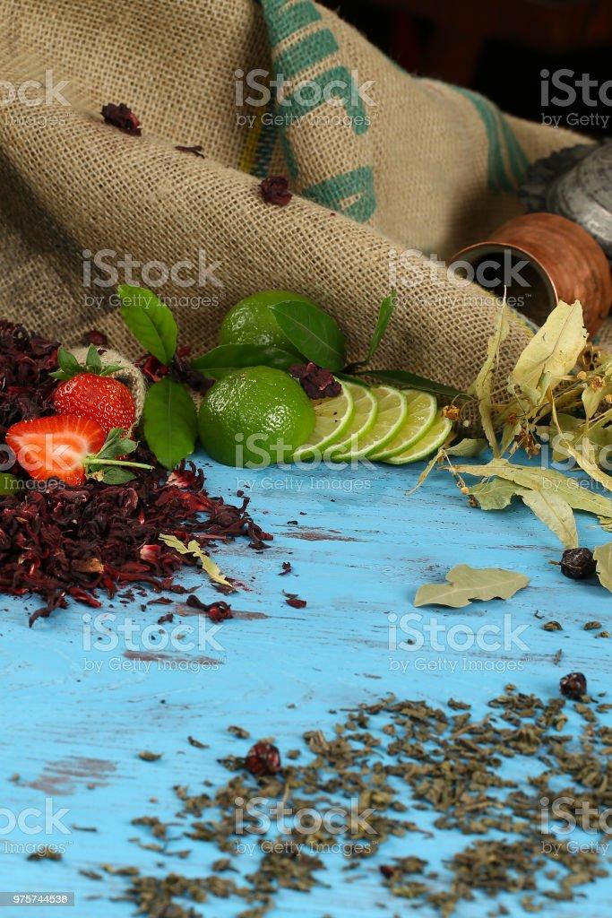 Herbst Hintergrund von Früchten und verschiedenen getrockneten Blättern - Lizenzfrei Abnehmen Stock-Foto