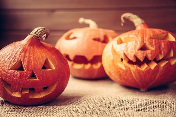 autumn background with orange halloween pumpkins - lanterna de halloween - fotografias e filmes do acervo