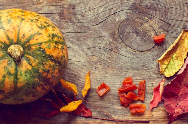 Fundo de outono com abóbora e folhas secas com espaço de cópia - foto de acervo